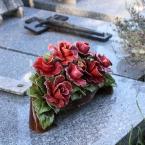 15-grabgestaltung-frankreich-grabbepflanzung-porzellanblumen