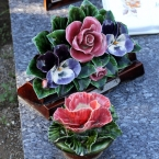 17-grabgestaltung-frankreich-grabbepflanzung-porzellanblumen