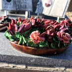 22-grabgestaltung-frankreich-grabbepflanzung-porzellanblumen